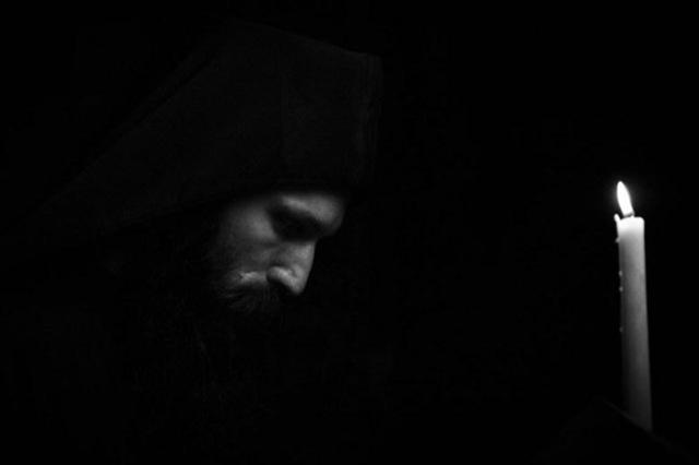 Το κελλί μας διανυκτερεύει – Ποιοι προσεύχονται για μας απόψε; | Το σπιτάκι  της Μέλιας
