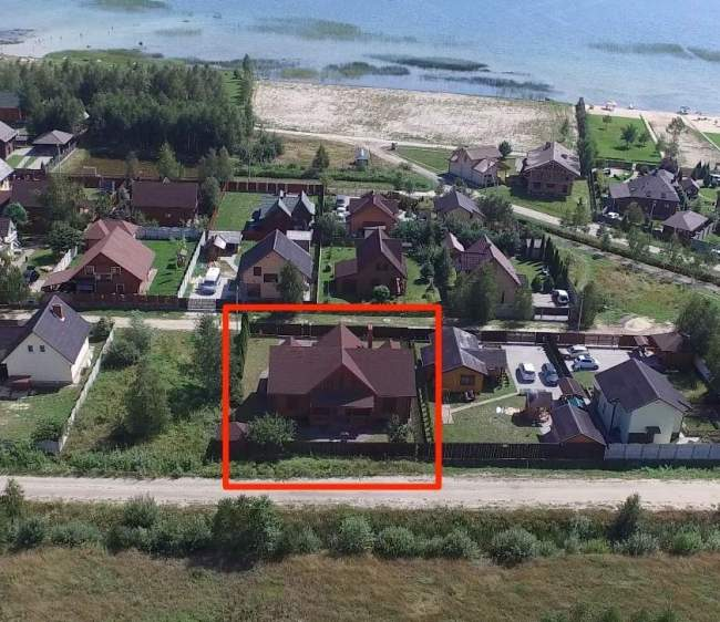 Будинок на території Віталія Карпюка