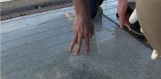 В Киеве на мосту меняют треснувшие стекла. Видео