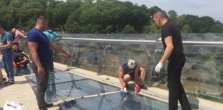 В Киеве второй день меняют стекло на новом мосту. Видео