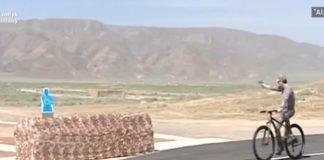 Президент Туркменистана показал военным, как стрелять по мишеням на велосипеде. Видео