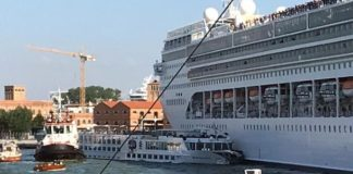 В Венеции круизный лайнер врезался в причал и в туристический теплоход