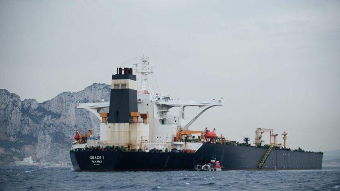 СМИ: британский фрегат отбил танкер от иранских катеров