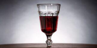 Врач развенчал миф о пользе вина для сердца
