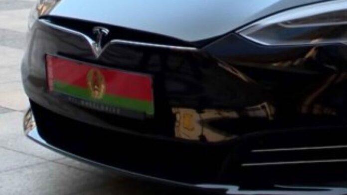 Илон Маск подарил Лукашенко Tesla Model S