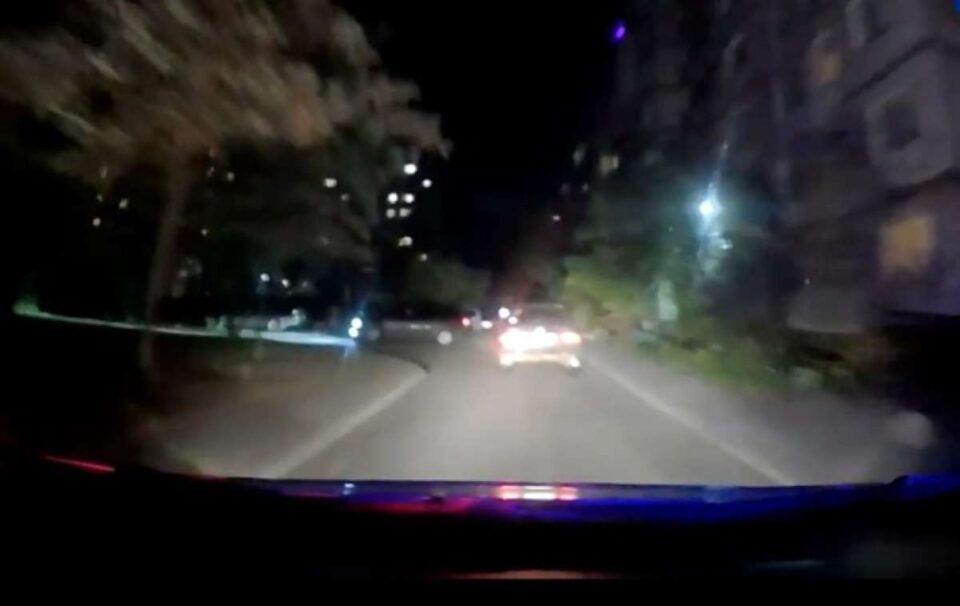 netrezvyj voditel 30 metrov tashhil patrulnogo za mashinoj. video