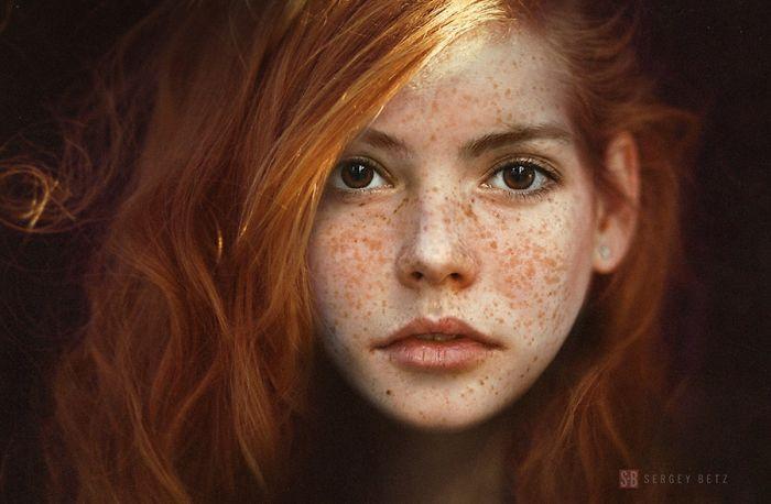 Портреты, отображающие красоту людей с веснушками. Фото