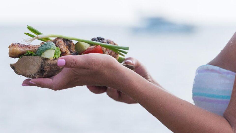 Диетологи объяснили, почему летом люди теряют аппетит