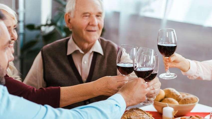 Ученые рассказали, чем полезен алкоголь для пожилых людей