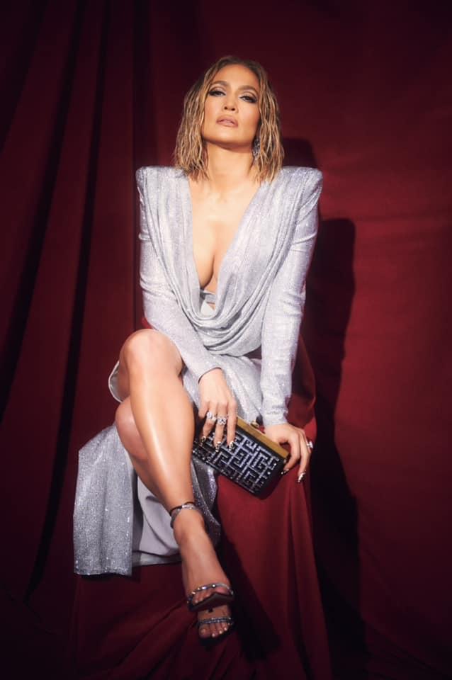 Дженнифер Лопес удивила откровенным платьем, расшитым кристаллами Swarovski