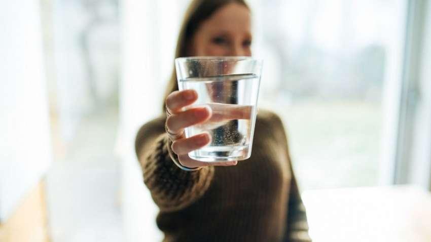 Пять причин начинать день со стакана теплой воды