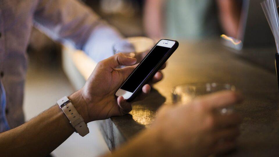 Ученые рассказали, как постоянное использование смартфона влияет на здоровье мозга