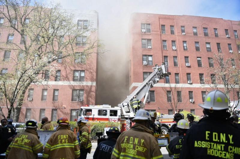 В Нью-Йорке произошел пожар в многоэтажке: десятки пострадавших