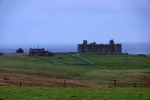 В Шотландии средневековый замок продают вместе с титулом барона. Фото