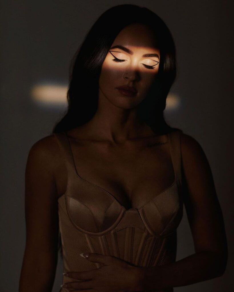 Меган Фокс в корсете позировала для модного глянца