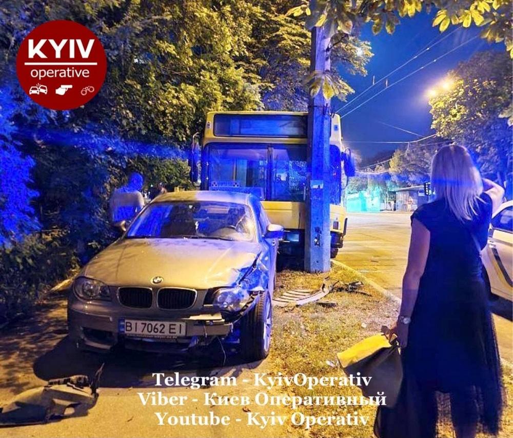 В Киеве неуправляемый автобус протаранил BMW: его водитель покупал  кофе
