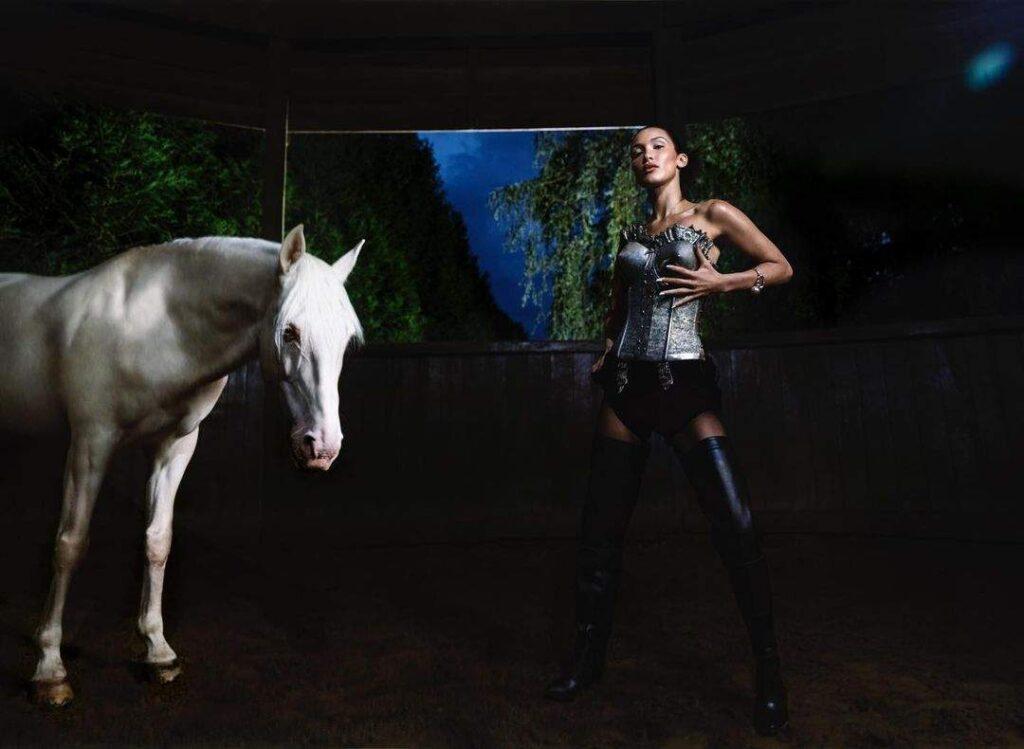 Белла Хадид позировала на лошади в эпатажных образах