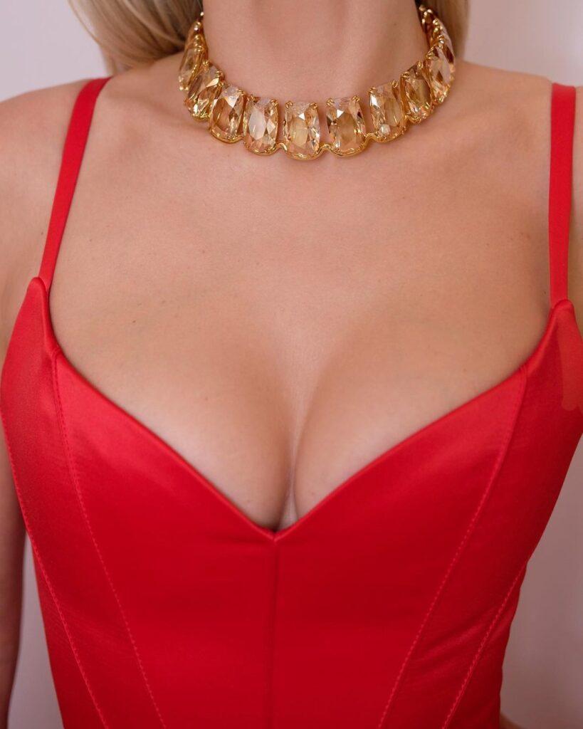 Акцент на грудь: Вера Брежнева примерила вызывающее красное платье