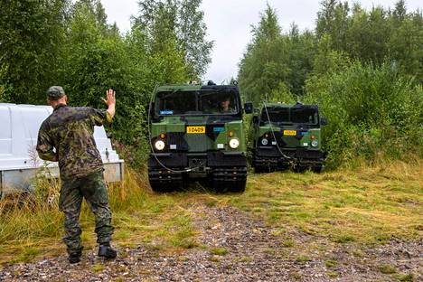 Soldiers from the Kainuu Brigade waited with their tracked vehicles at the edge of the forest for information on which direction the hose would be needed.