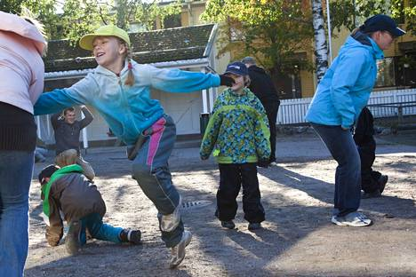 Traditional games move children in kindergarten yards.