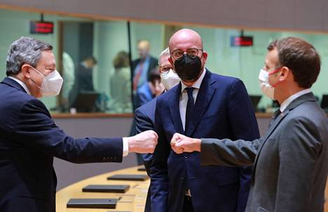 Italian Prime Minister Mario Draghi (left) and French President Emmanuel Macron clenched their fists at a summit on Friday 25 June.  Charles Michel, President of the European Council, stood in the background.