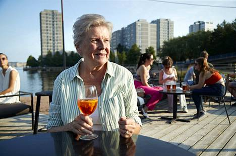 Seija Suomela arrived in the evening to enjoy the warmth of a summer evening on Leblon's terrace.
