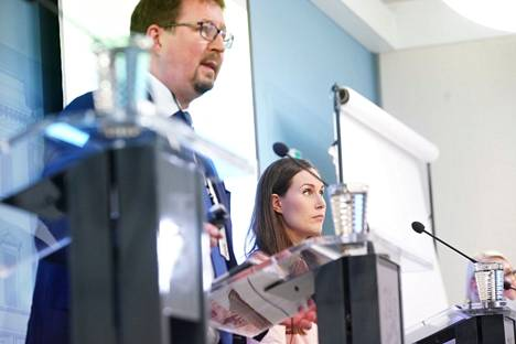 Prime Minister Sanna Marin and Mika Salminen, Director of the Health Safety Department of the National Institute for Health and Welfare, in the Government's interest rate information in August 2020. Many politicians and officials have had to appear in public several times a week during the interest rate crisis.