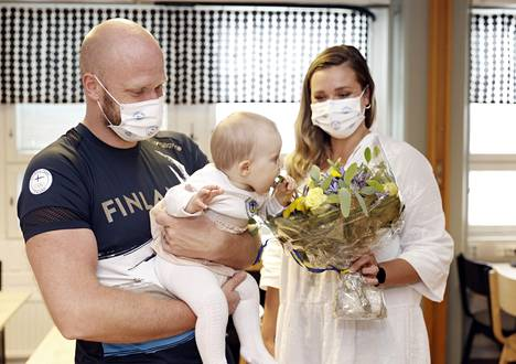 Coach Eetu Karvonen said that he missed his family very much.  His wife Marjaana Karvonen also arrived to pick up her husband at Helsinki Airport.  The father of the eight-month-old daughter Lilja got into her arms again after arriving in Pori.