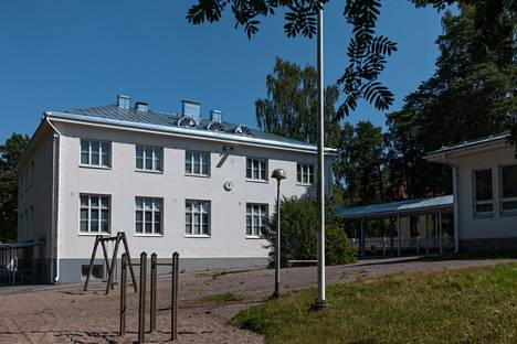 More than 100 students study at the Santahamina school.  The nearest upper secondary school is in Yliskylä.