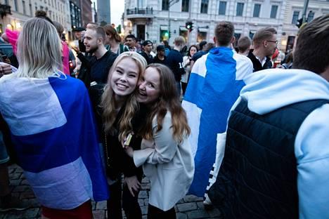 Tinja Salmi (left) and Natalia Nevaranta rejoiced at the statue of Manta The European Championship victory over Denmark was celebrated at the Market Square.