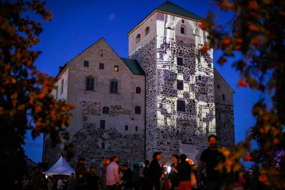 The light works reflected in Turku Castle in the twilight of the evening looked stunning.