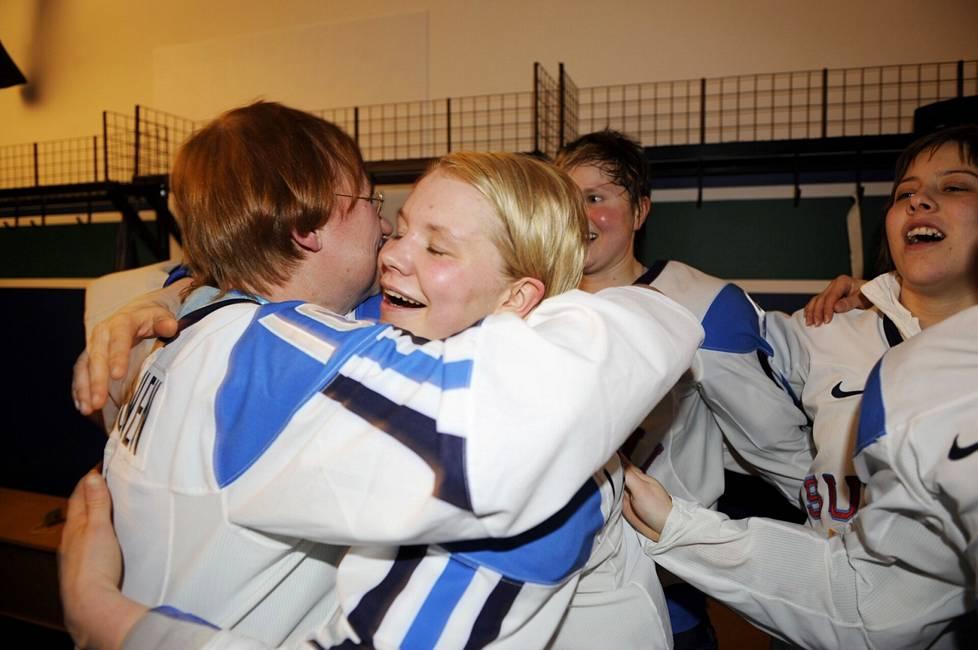 Emma Terho and President Tarja Halonen hugged at the Vancouver Olympics