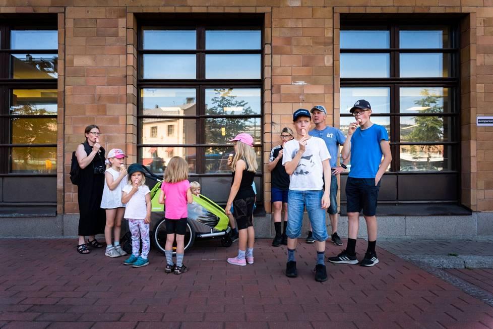 Tuovi, Marko, Elias, Tuomas, Topias, Miikka, Olivia, Lydia, Venla, Luoma and Pihla Alakärppä, who came from Helsinki to Helsinki on holiday, ate ice cream on the Postitalo wall.
