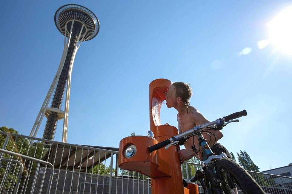 Connor Hyde drank from the water post to his thirst in the heat of Seattle.