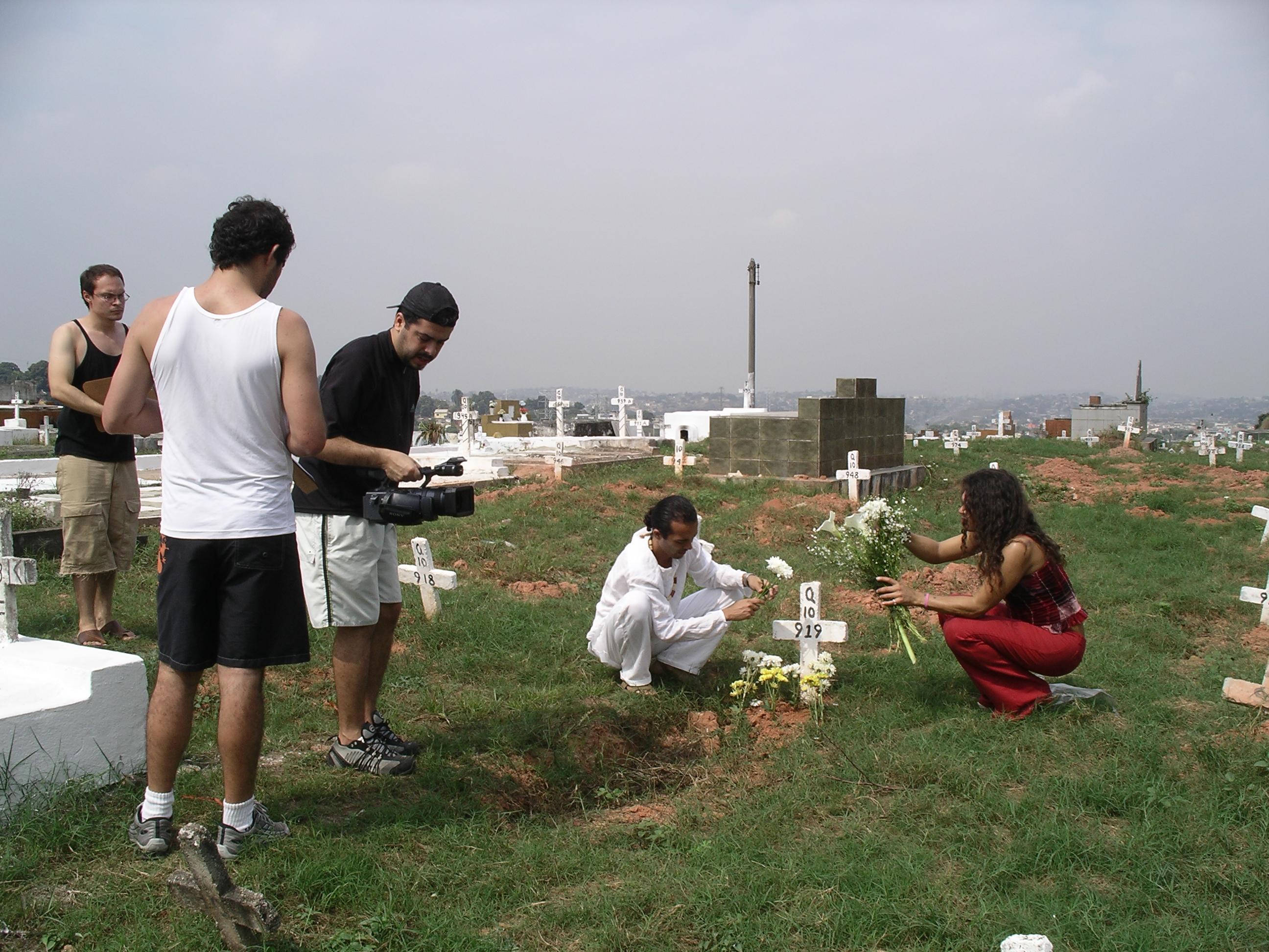 Filmagens do documentário Basta um Dia na Baixada Fluminense, sobre a chacina onde várias travestis foram assassinadas em 2003.