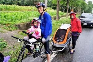 在親友陪同支持下,陳彥鈞、謝素芬夫婦帶著女兒轉轉和快一歲罕病兒衡衡(兒童車內),一家四口騎單車遊花東環島九天,把握時間圓夢。