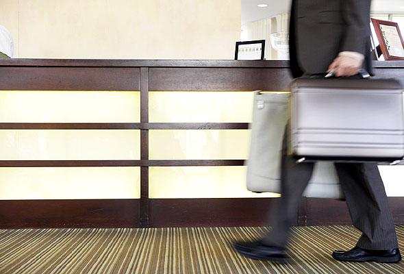Reisende i hotellresepsjon