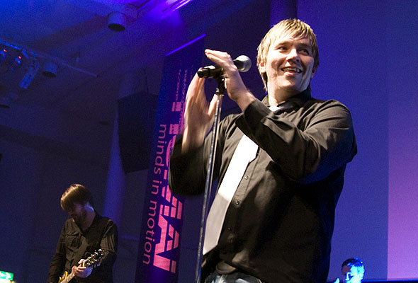 Frontfigur og vokalist Stian Joneid i Eirik Ares Band på HSMAI-prisfesten. Fotograf: Catharina Wandrup/Knut Joner