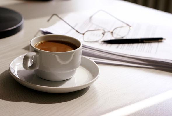 Avis og kaffekopp