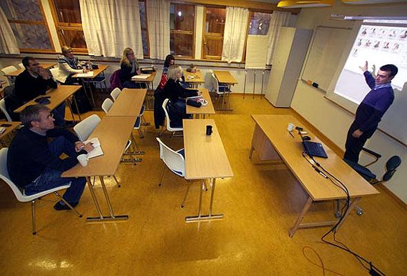 Kjell Gangdal underviser studentene i bruken av PMI. PMI er det dataverktøyet de fleste hotellene i Norge bruker i administreringen av hotellene.