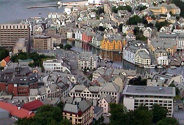 Ålesund sentrum sett fra Aksla. Fotograf: Frode Inge Helland/Wikimedia Commons
