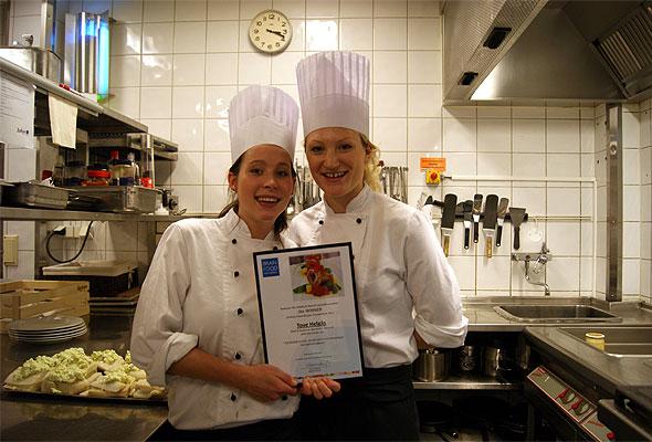 Vinner Tove Helgås (venstre) ved Radisson Blu Hotel Ålesund sammen med Executive Chef Cecilie Vindhammer.