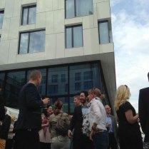 Deltagerne nyter forfriskninger på plenen utenfor Scandic Fornebu Hotel.