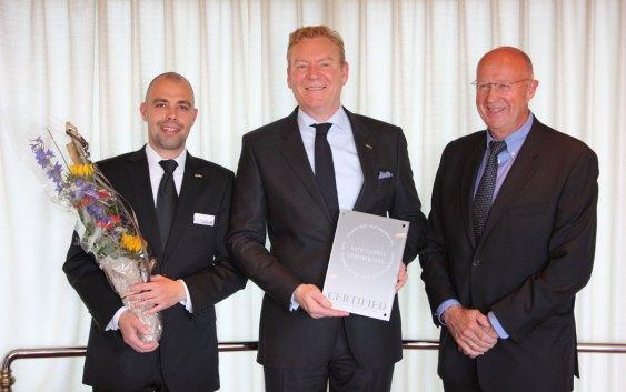 Tarje Hellebust og Chris Pettersen mottar sertifiseringen fra Safehotels (foto fra Rezidor Hotel Group).