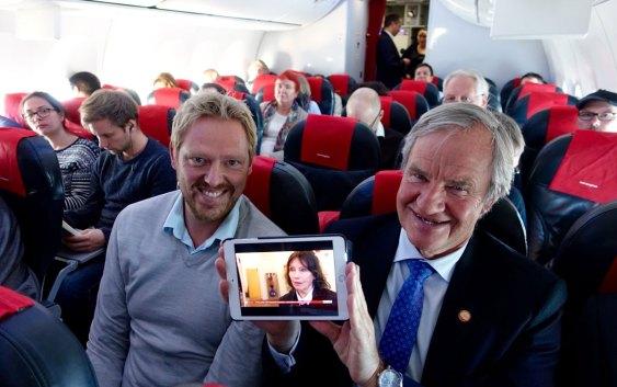 """Norwegians administrerende direktør Bjørn Kjos viser frem den nye, direktesendte. TV-løsningen på """"jomfruturen"""". Foto fra Norwegian"""
