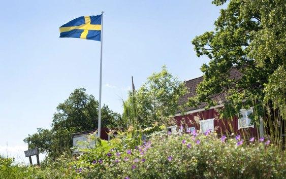En klassisk svenskehytte, i falurødt, med hvite vinduskarmer. Fotograf: Sara Ingman/imagebank.sweden.se