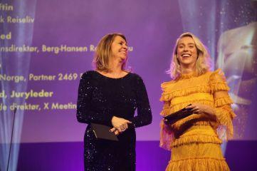 Juryleder Ellen Arnstad og konferansier Katarina Flatland på scenen under HSMAI Awards 2018. Fotograf: Camilla Bergan.
