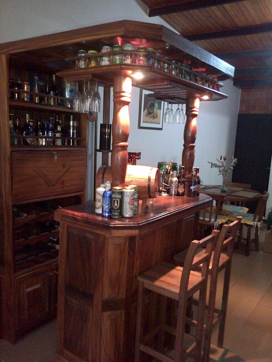Mueble Tipo Bar De Madera Con Luces Banquitos Y Bebidas