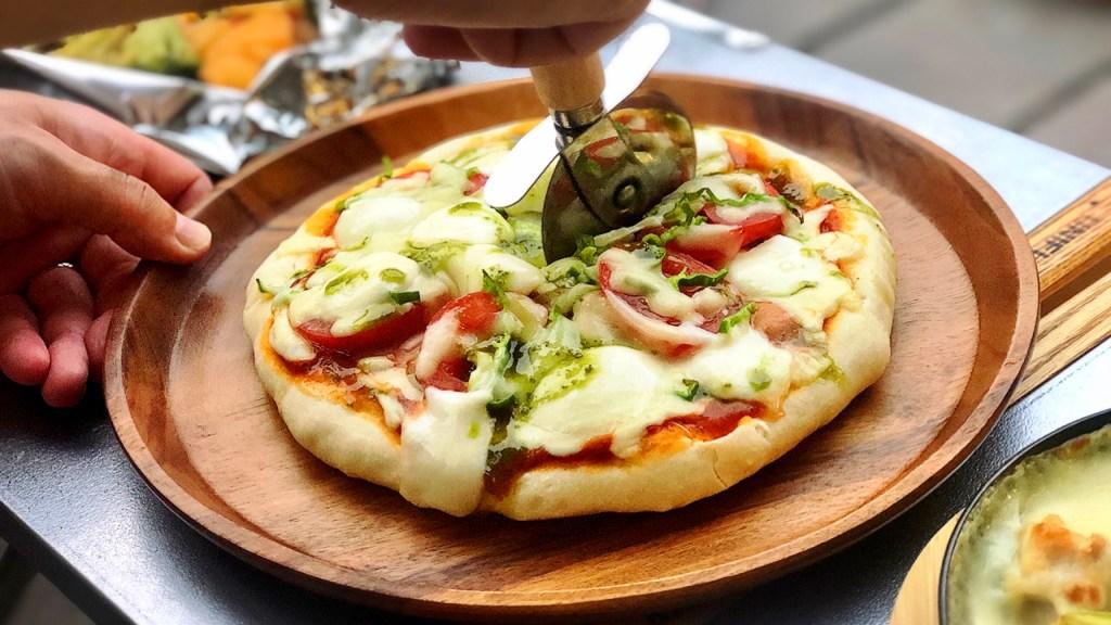 キャンプ料理 手作りピザ