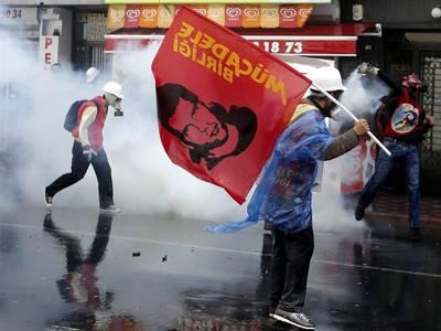 CHOQUES ENTRE MANIFESTANTES Y POLICÍAS EN EL PRIMERO DE MAYO EN TURQUÍA